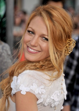 """HOLLYWOOD, CA - JUNE 15: Blake Lively arrives for the Los Angeles World Premiere of """"Green Lantern"""" at the Grauman's Chinese Theatre on June 15, 2011 in Hollywood, California. (Photo by Gregg DeGuire/FilmMagic)"""