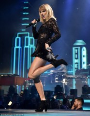 3CDA977600000578-4192740-Taylor_Swift_wowed_as_she_took_to_the_stage_at_irectTV_Super_Sat-m-132_1486278527979