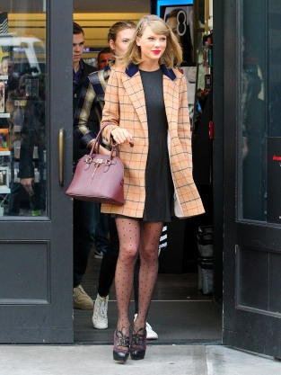 Taylor Swift Shopping In NYC With Friends