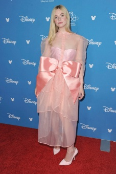 angelina-jolie-stuns-in-black-gown-while-elle-fanning-dazzles-in-pink-for-maleficent-at-d23-post-2